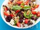 Рецепта Салата с ягоди, синьо сирене и орехи